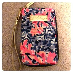 Lilly Pulitzer phone wristlet in Coco Coral Crab